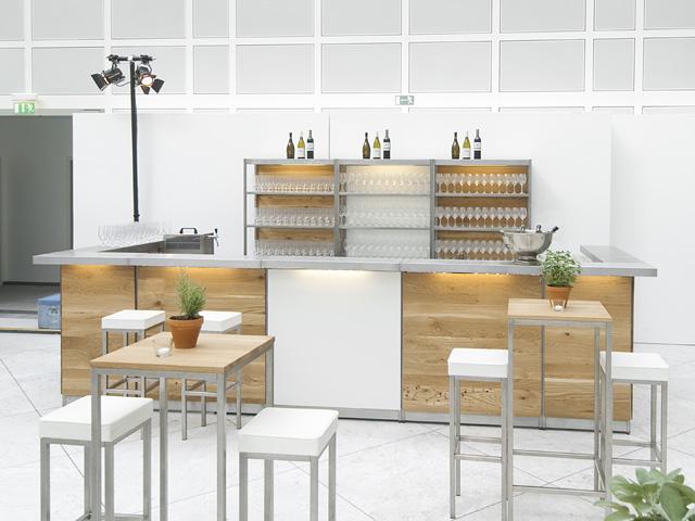 EVENTWIDE Eiche Bar mit weißen Möbeln