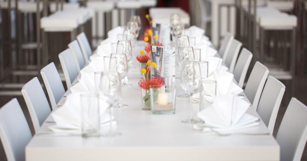 Firmen-Weihnachtsfeier Tische Stühle mieten